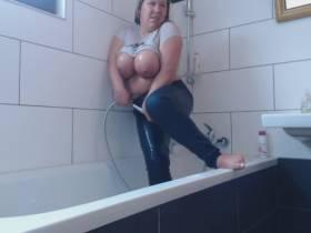 Duschen in hautenger Jeans und Shirt