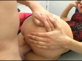 Arschgefickt auf dem Schreibtisch
