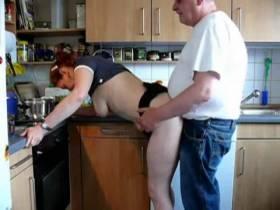 meine frau läßt sich in der küche ficken