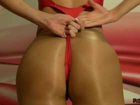 Posing in Glanzstrumpfhose und rotem Badeanzug