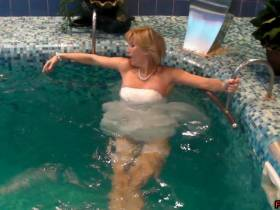 Im Brautkleid im Pool