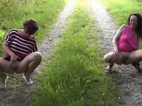 2 Girls pissen im Wald