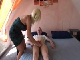 Schwanzmassage für Jungboy
