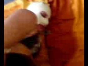 eine hand und ein dildo für die maskenstute
