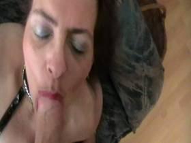 Beim Wichsen mit Riesendildo erwischt- Sperma schlucken