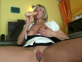 Milf-Pussy at work!