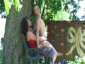 Subby unterm Baum gefickt