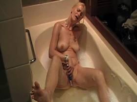 Selbstbefriedigung in der Badewanne