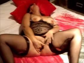 Sexy Perlen masturbiert auf Video zum ersten Mal