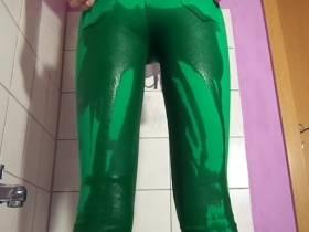 Grüne Hose unter Wasser gesetzt
