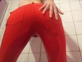 Riesig volle Blase in rote Hose entleert