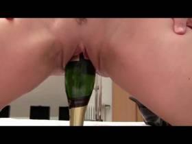 stöss-chen mit Champagnerflasche...