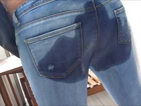 Jeans einpissen am Balkon