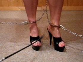 Fußzüchtigung in High Heels angekettet gepeinigt