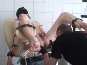 auf den Gyhnstuhl wird der Sklave nun richtig fixiert..Brust und Sack und Schwanz