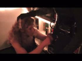 TV Herrin Nicole läst sich an der Theke von ihrer TV Zofe einen blasen