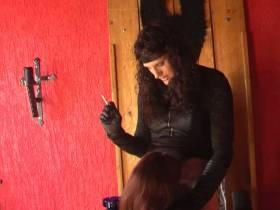 TV Herrin Nicole läßt sich den Schwanz von ihrer Sklavin blasen während sie raucht! Cumshot!