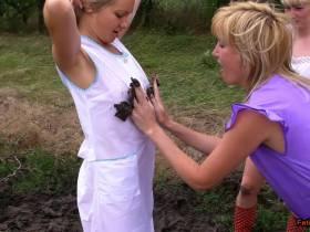3 Girls in Kitteln spielen im Matsch