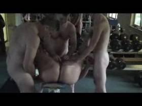 3 Männer mit mir im Fitnessstudio...