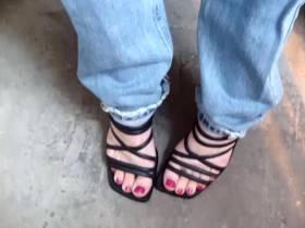 Pisse in die Jeans eines Freundes