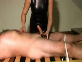 Sklave wird mit Händen, Lippen und Vacuumpumpe leergesaugt!!!