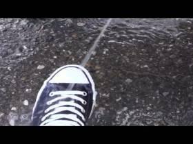 Rotzfrech auf seine Sneaker gepisst;P