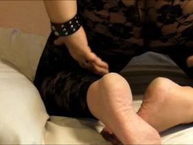 Nackte Füße und dicker Hintern