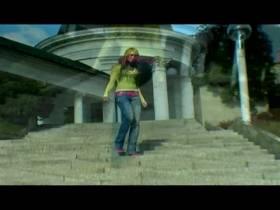 Ashley Bulgari - gelb-Outfit im Freien