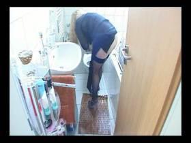 Toilette nach dem Pissen gesäubert