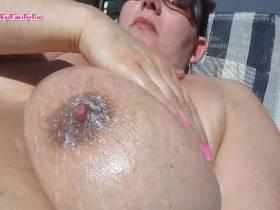 Emily-Lu - Dralle Titten in der Sonne !!!