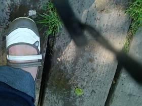 outdoor schokoriegel anpissen und zertrampeln