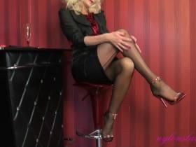 Glamour Nylon Lady Avery in Satin, Seide, Nylon und Stilettos fickt sich mit einem extrem großen Dildo - Teil eins der Strip