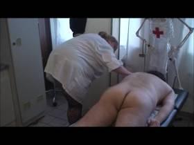 Da liegt der Patient nackt auf der Liege zum massieren