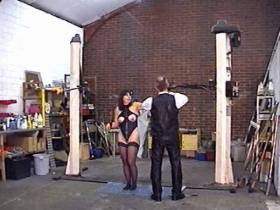 Sklavin in der Autowerkstatt