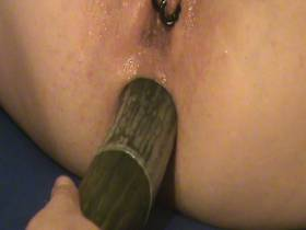 Temptation : mit einer Gurke gefickt 5/5 - Gurke in den Arsch