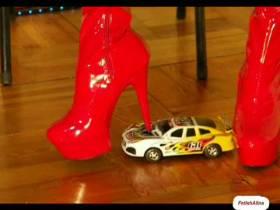 Crushing Modellauto in roten Overknees
