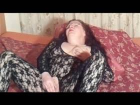Im Catsuit und Dildo Fotze masturbiert